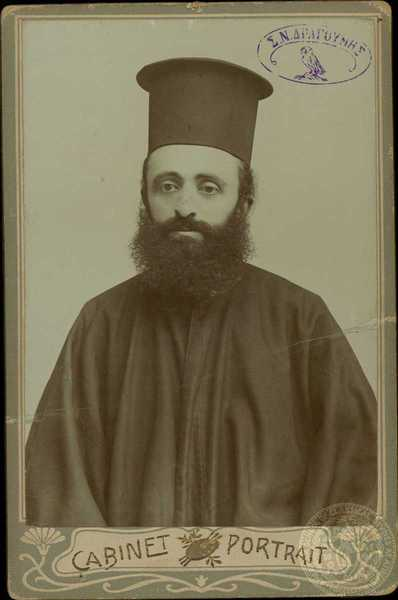 Ο Παπασταύρος Τσάμης, ο ιερέας που έκοψε το κεφάλι του Παύλου Μελά, ο οποίος δολοφονήθηκε από Βούλγαρους κομιτατζήδες στις 27 Αυγούστου του 1906 κοντά στα Καλύβια του Λάκκου, δυτικά από το ύψωμα Βίγλα Λούτζα του όρους Βίτσι