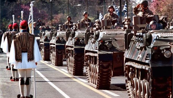 Επιστρέφουν τα μηχανοκίνητα τμήματα στην παρέλαση φέτος, σύμφωνα με απόφαση της κυβέρνησης. Εικόνα από την παρέλαση της 25ης Μαρτίου του 2001 στην Αθήνα. Πηγή: (ΑΠΕ)