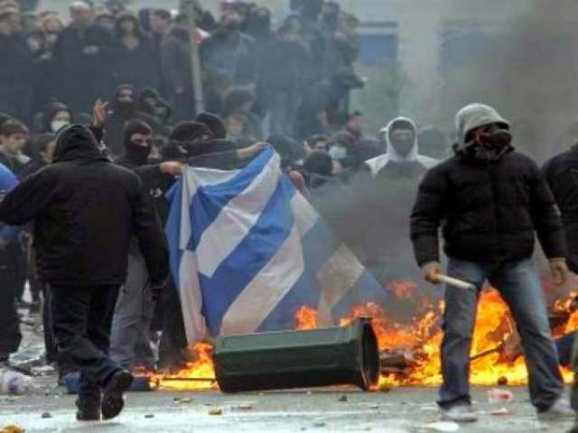 """Οι αυτοαποκαλούμενοι """"αναρχικοί"""" ή προοδευτικοί καίνε την Ελληνική Σημαία σήμερα."""